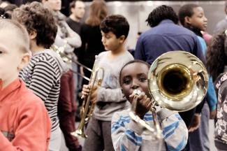 Kids playing at DEMOS (pic. Jef Rabillon)